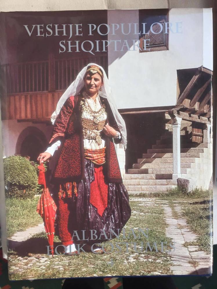 vrouw in klederdracht in album over Albanie
