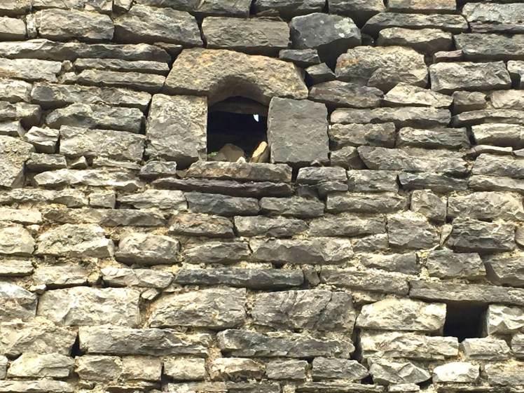 Porja-Frengji-de-kleine-raampjes-van-de-kulla-die-als-schietgaten-dienden-albanie