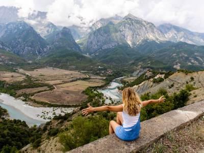 Vjosa-rivier-meisje met open aarmen Albanie, Permet