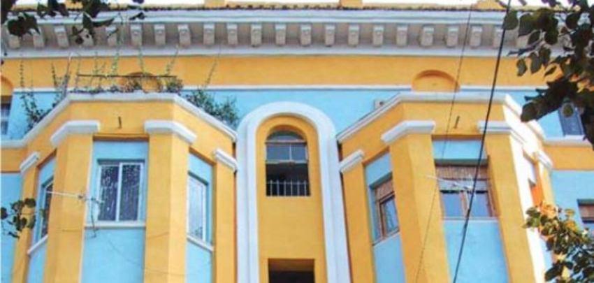 De Agimi flatgebouwen werden vroeger door politieke gevangenen gebouwd.