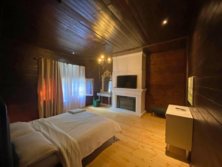 kamer-in-het-jachthotel-gjuetise