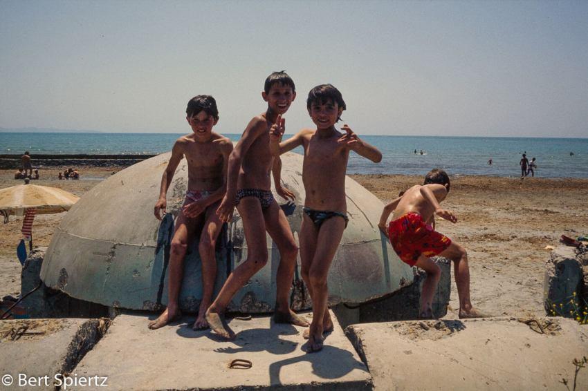 Kinderen spelen bij de bunkers. Foto: Bert Spiertz.