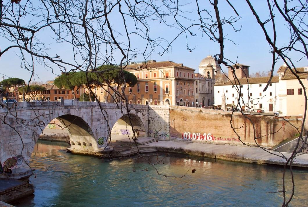 3 days in rome itinerary - isola tiberina