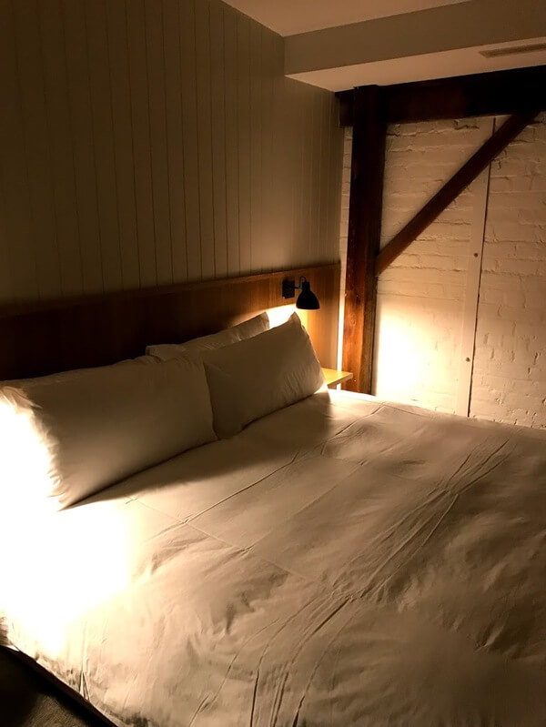 king-size-bed-and-bedside-lighting-at-the-premier-mill-hotel-katanning
