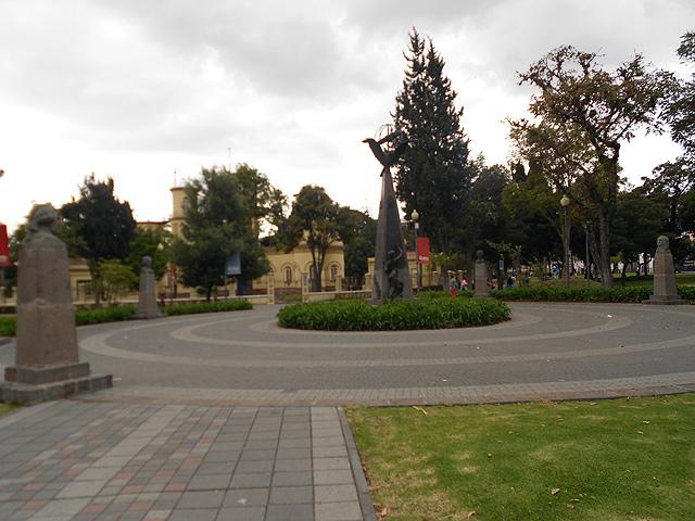 Parque Alameda Quito con Monumento Expediciones Geodésicas y Observatorio Astrómico
