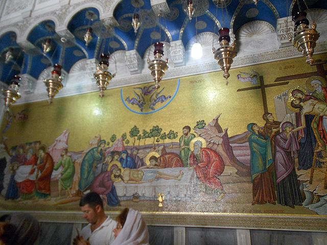 Mosaico del santo enterramiento junto a la piedra de la unción en la Basílica del Santo Sepulcro