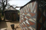Traditionell bemalte Häuser prägen das Bild in Sirigu hoch im Norden Ghanas