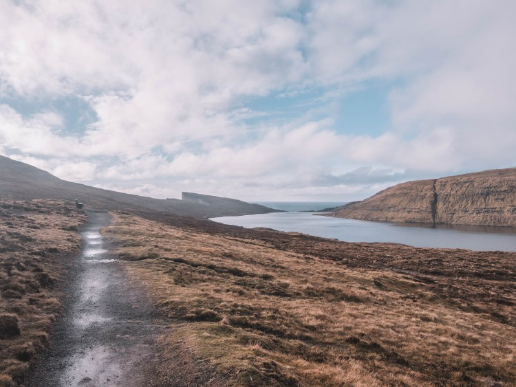 lake-sorvagsvatn-travel-blog-faroe-islands-hike-travelling-the-world-solo