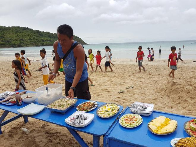 More food, and more kids! Three day expedition with El Nido Paradise from El Nido to Coron. Philippines.