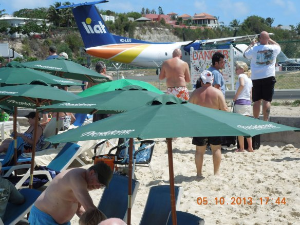刚降落的飞机与游客