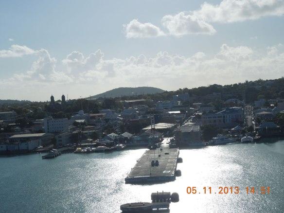 在停靠中的邮轮上看码头