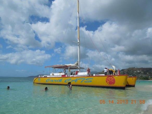 又是一艘双体机帆船