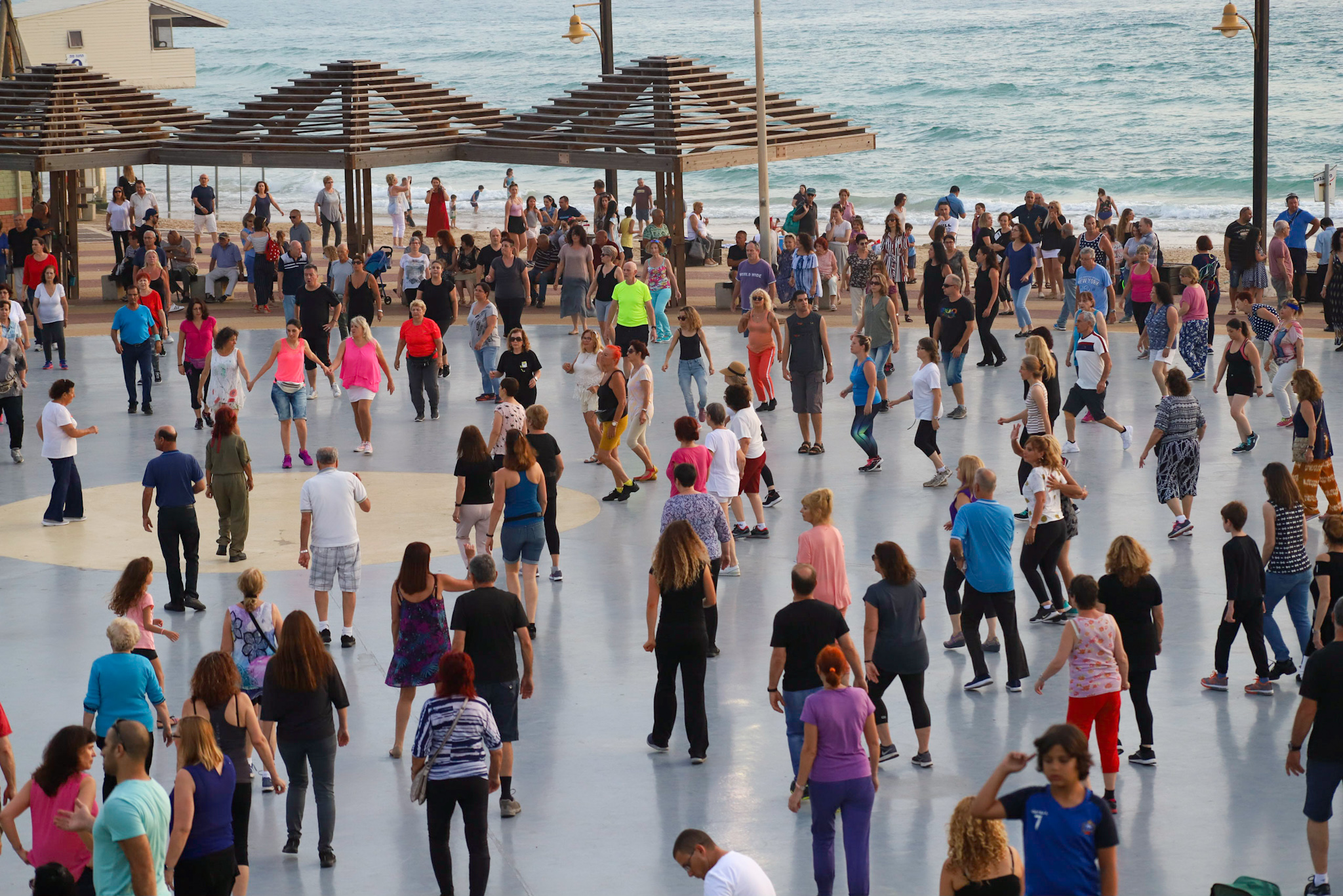 Large-scale mass dancing in a public square becomes increasingly popular