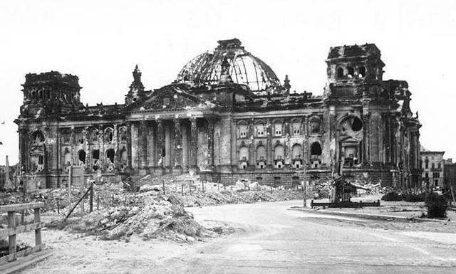 Reichstag-war-damaged-in-1945.png