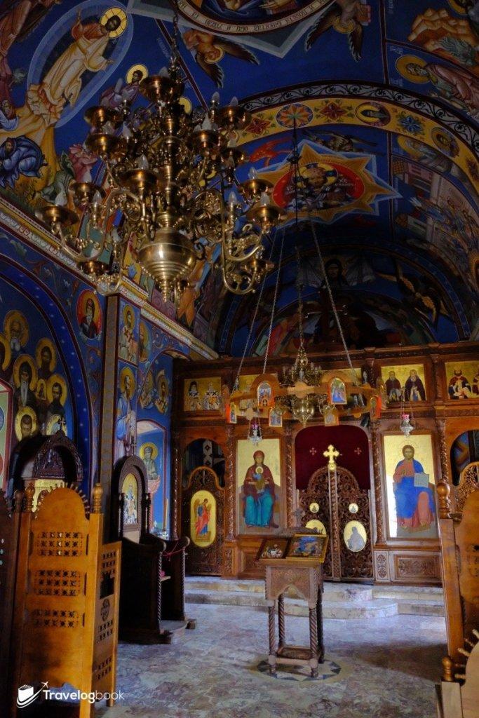 Holy Trinity Church內飾滿東正教色彩的壁畫。