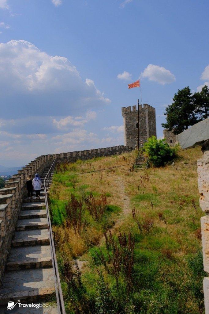 城牆上遊走,要做好防曬措施。