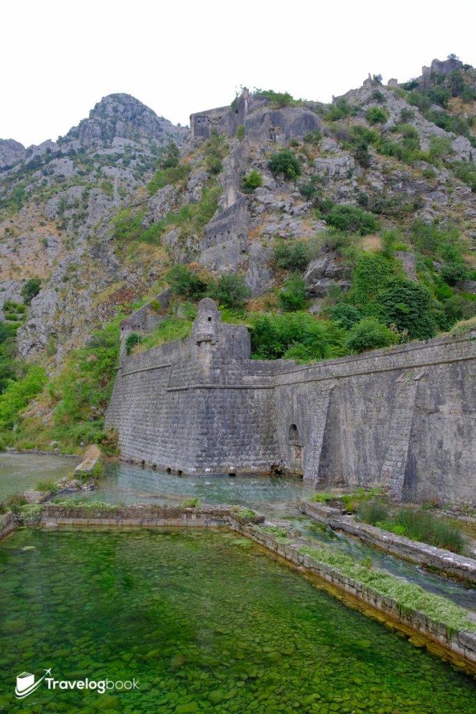 城牆繞山而下,連接到古城另一邊。
