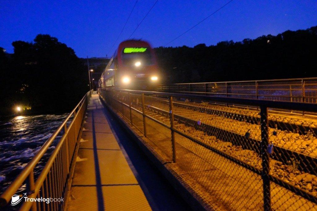 橋上不時有火車貼身而過。
