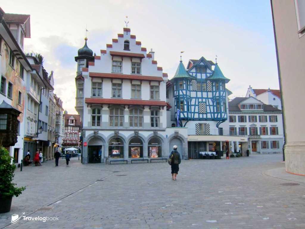 遊客中心就設在這特色的建築內。