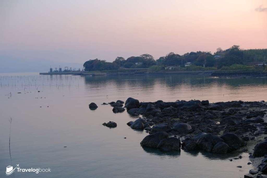 夕陽西下,海邊也有些詩情畫意。