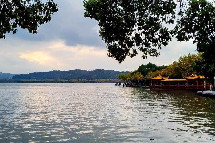 Uitzicht op West Lake in Hangzhou, China