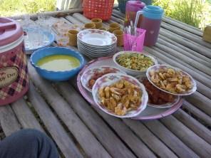 Menu makan siang di gubuk