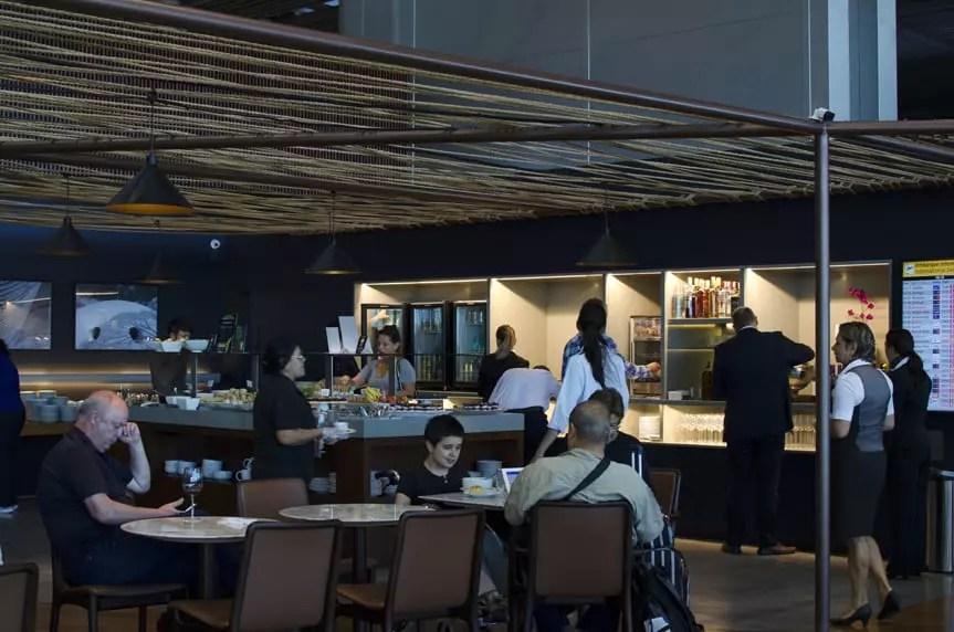 A Sala VIP da Star Alliance disponibiliza serviço de bar com bebidas quentes e frias, e bufê com comidas e petiscos