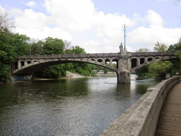 Munique margens do rio Isar.jpg