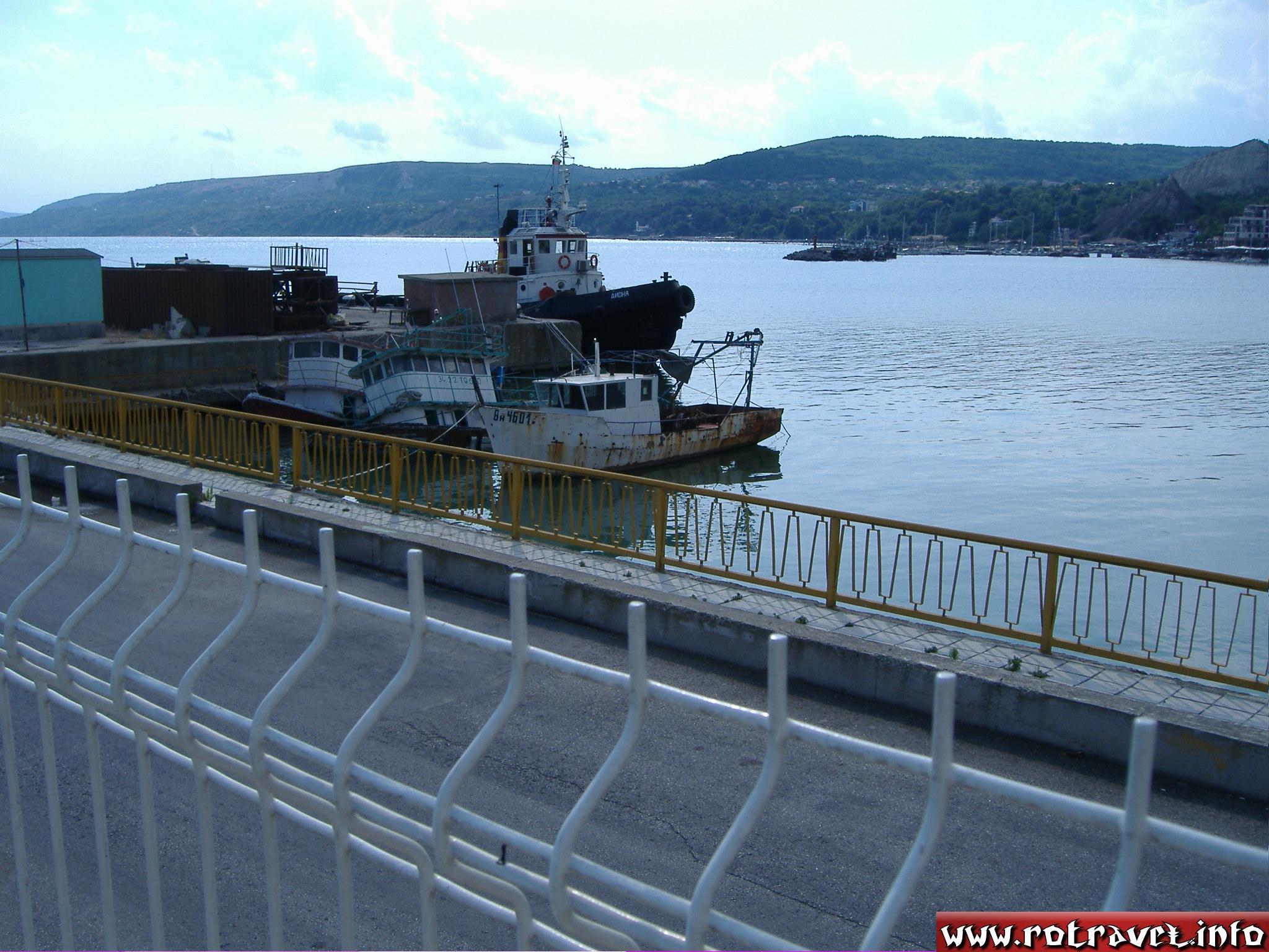 Ships near to the pontoon