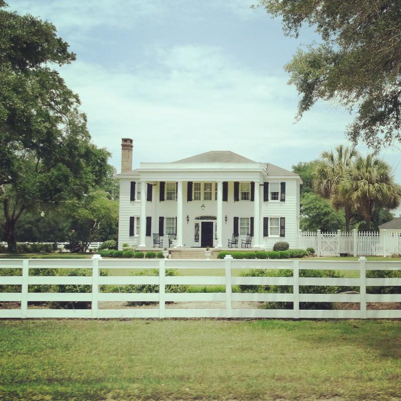 Typische Südstaaten Villa im Kolonialstil an der Straße USA Roadtrip