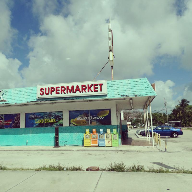 Supermarkt gestrichen in leuchtendem Türkis auf dem Weg zu den Florida Keys