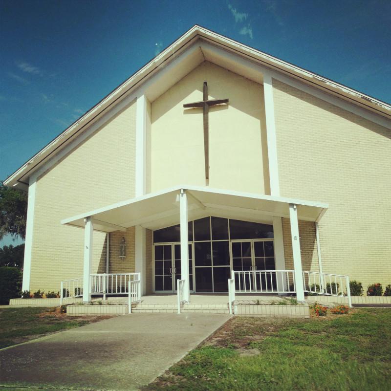 Kirche am Straßenrand