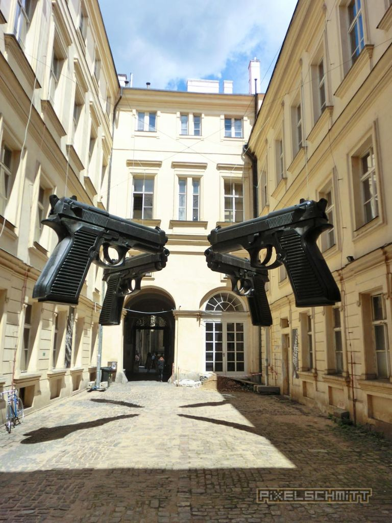 prag-pistolen-hinterhof
