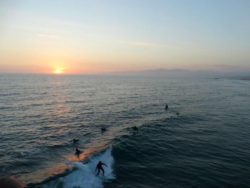 Sonnenuntergang am venice Beach Pier mit Surfern