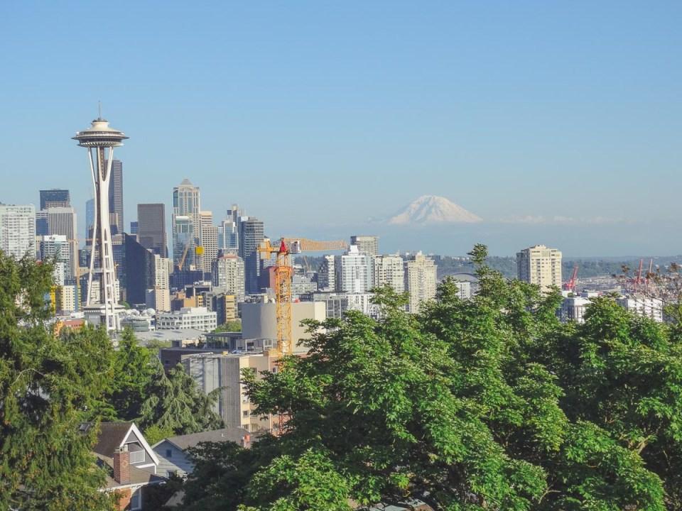Ausblick auf Seattle, die Space Needle und den Vulkan Rainier