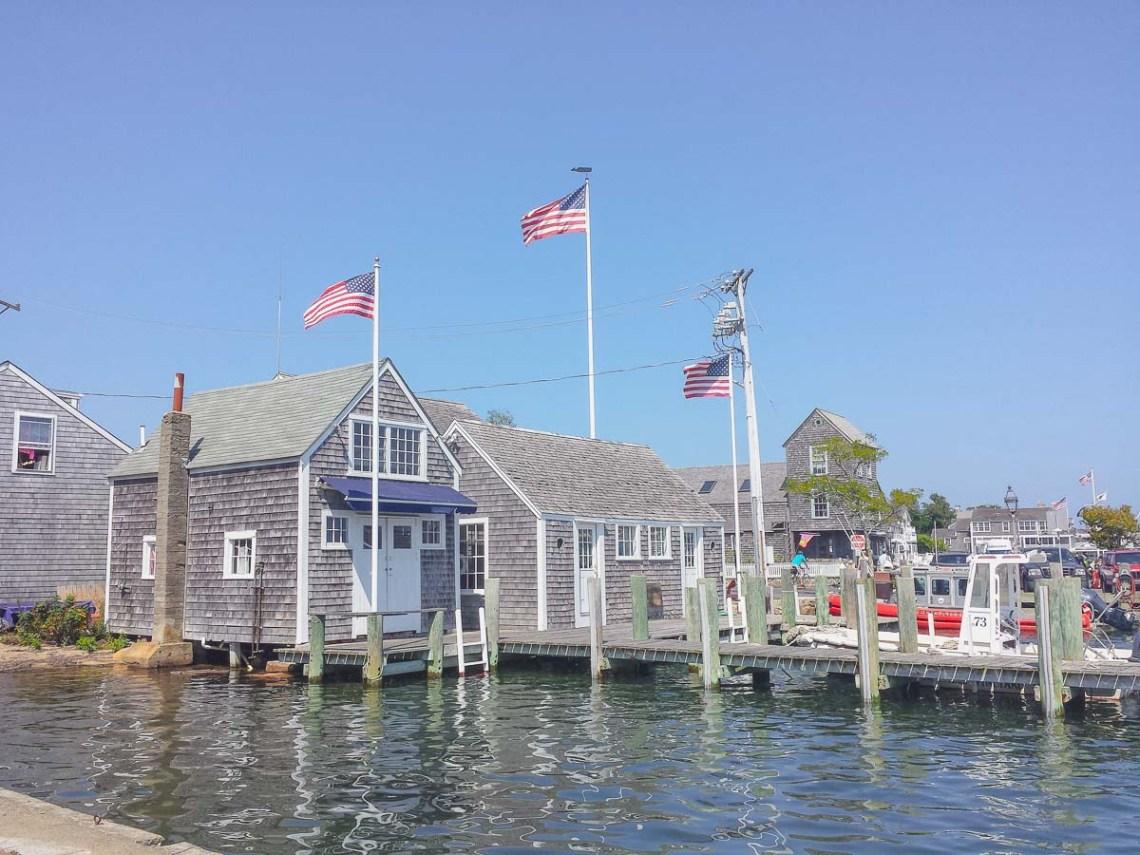 Tagesausflug Martha's Vineyard oder Nantucket - Hafen graue holverschindelte häuser mit amerikanischen flaggen auf dem dach