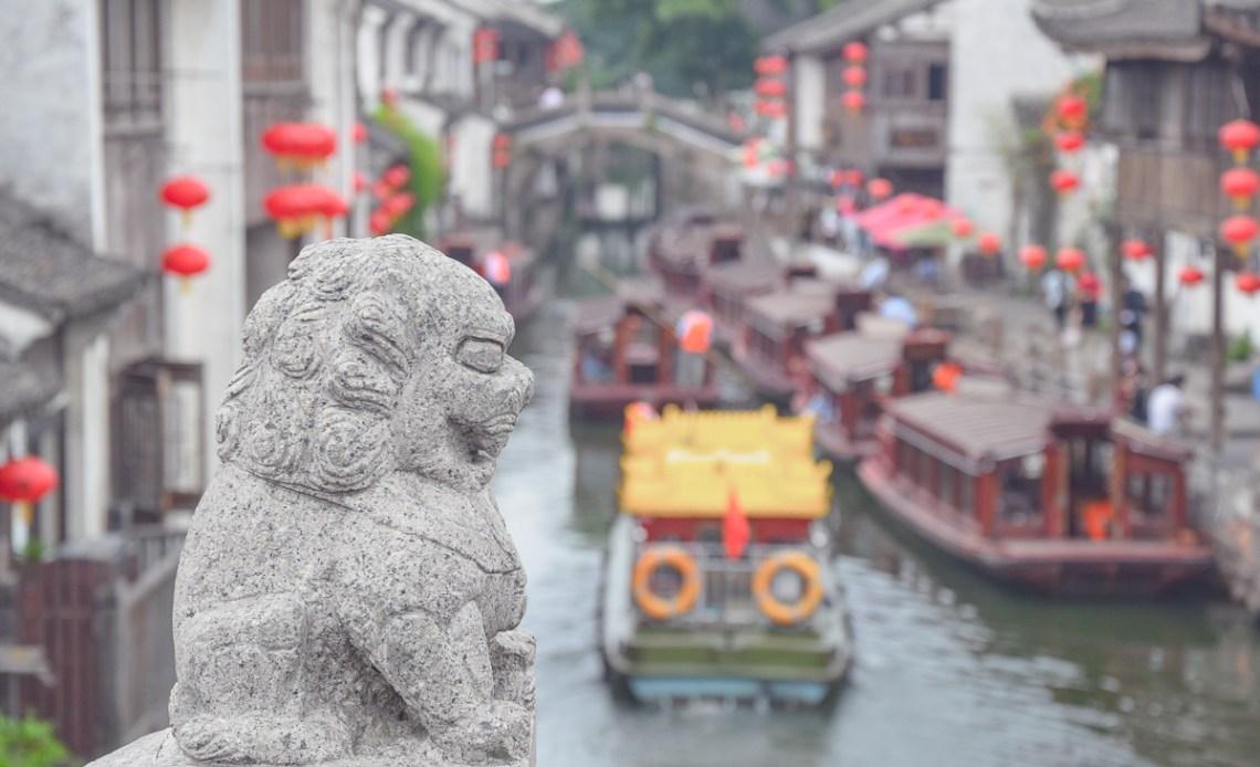 China für Anfänger Blick von Steinbrücke mit Drachenstatue auf den Fluss