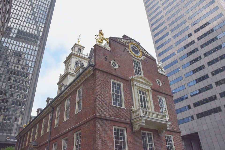 Das historische Old State House inmitten moderner Wolkenkratzer in Boston