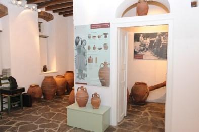 Travels by Travelers Μουσείο Παραδοσιακής Κεραμικής Τήνου στο χωριό Αετοφωλιά: τα χρηστικά των ταπεινών ανθρώπων Μουσεία & Galleries Ελλάδα Κυκλάδες  Μουσείο Παραδοσιακής Κεραμικής Τήνου Αετοφωλιά