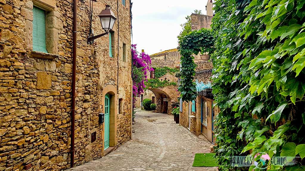 Calles empedradas y tienda artesanal de Peratallada pueblo medieval Peratallada