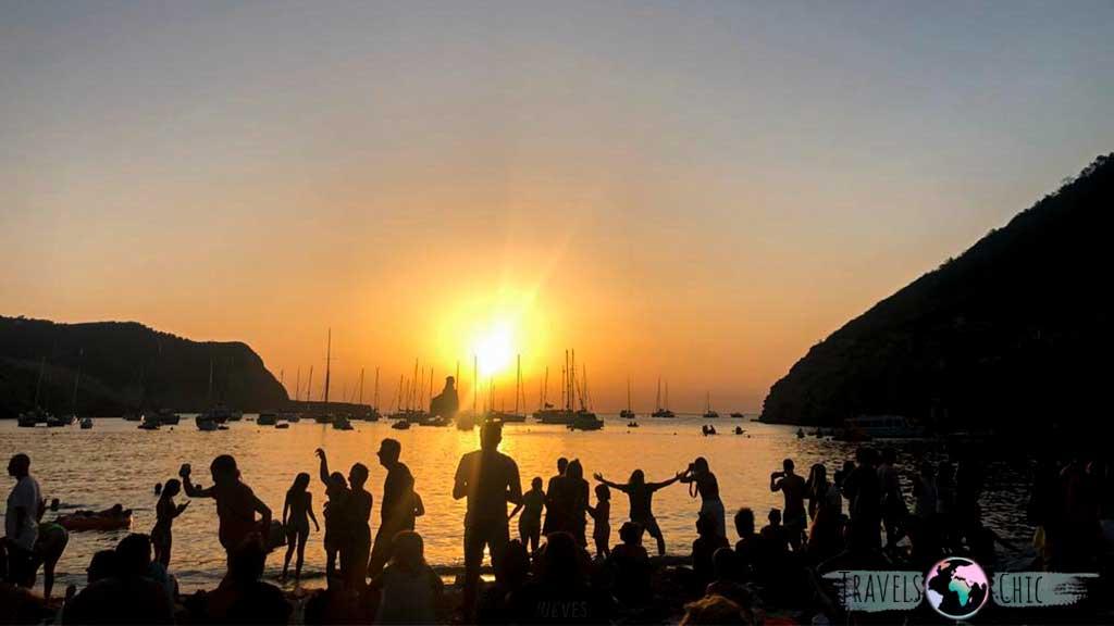 Foto de la Cala Benirras despidiendo al sol al ritmo de los tambores.