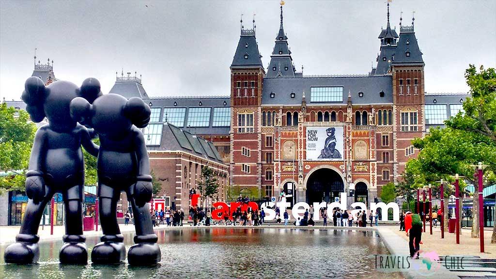 Rijksmuseum en la plaza de los museos