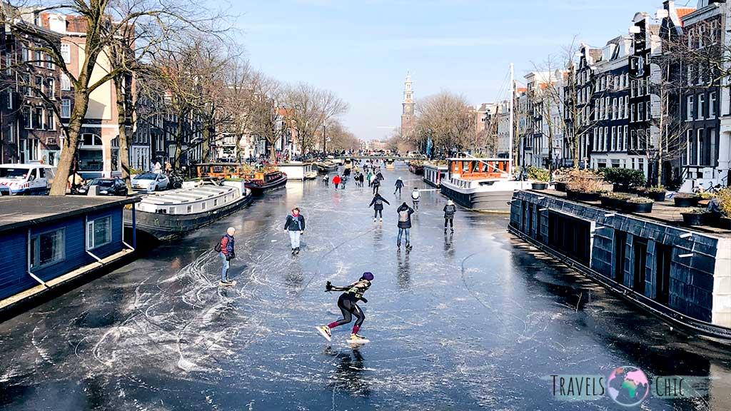 Pista de hielo en los canales en amsterdam en navidad