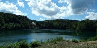 turkusowa tafla jeziora