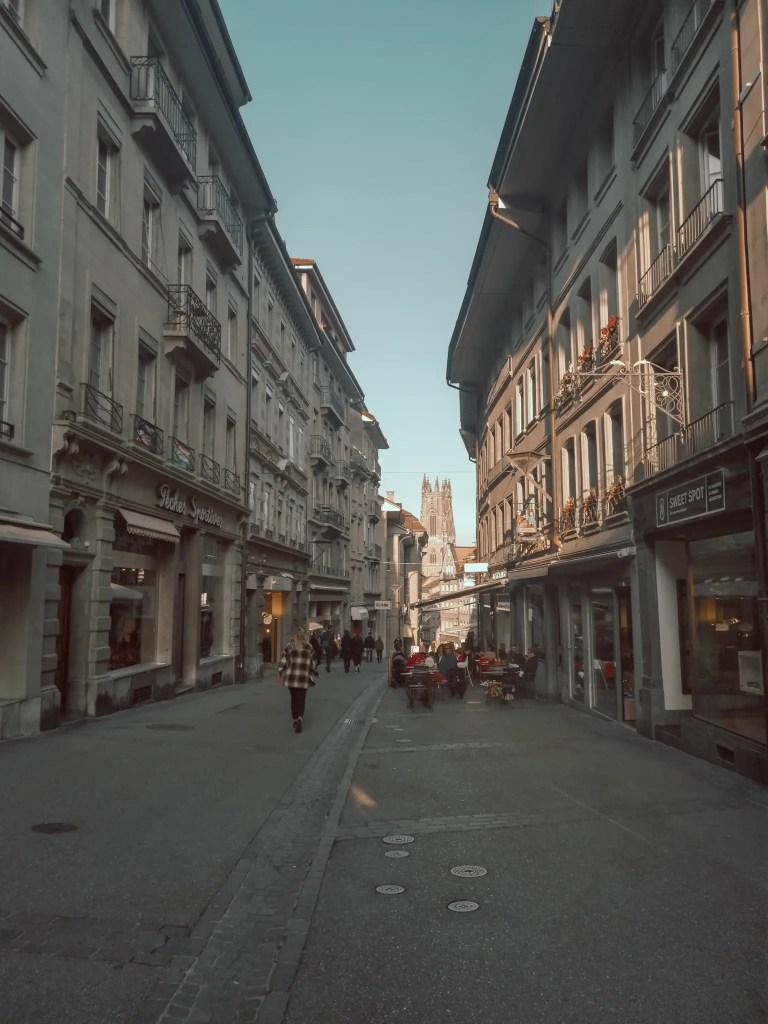 Une photo qui montre la rue de Romont à Fribourg.