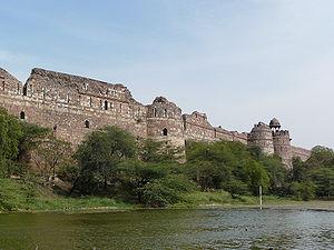 https://upload.wikimedia.org/wikipedia/commons/thumb/b/b5/Purana_Qila_ramparts%2C_Delhi.jpg/300px-Purana_Qila_ramparts%2C_Delhi.jpg