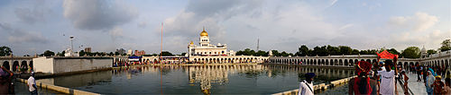 https://upload.wikimedia.org/wikipedia/commons/thumb/1/10/Bangla_Sahib_Gurdwara_Panorama.jpg/500px-Bangla_Sahib_Gurdwara_Panorama.jpg