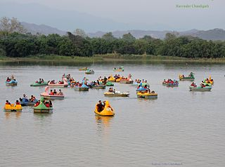 https://upload.wikimedia.org/wikipedia/commons/thumb/d/d4/Sukhna_Lake_Chandigarh%2C_India.jpg/320px-Sukhna_Lake_Chandigarh%2C_India.jpg