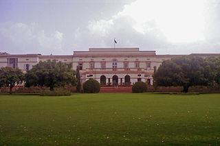 https://upload.wikimedia.org/wikipedia/commons/thumb/b/b5/Teen_murti_bhawan_22.jpg/320px-Teen_murti_bhawan_22.jpg