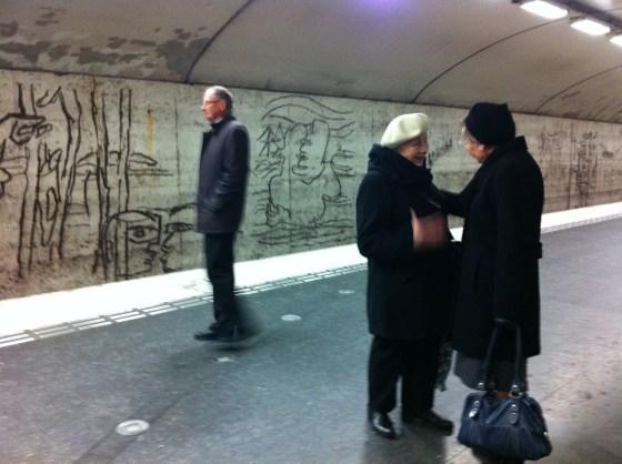 People waiting on the platform at Östermalmstorg tunnelbana